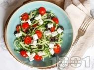 Рецепта Лесна гръцка салата с краставица, чери домати, пресен лук, сирене, маслини и дресинг